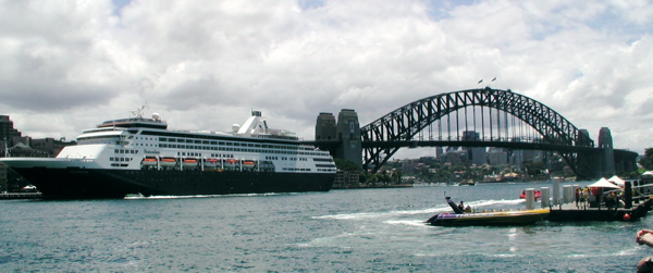 cruise_ship_visiting_sydney_harbor